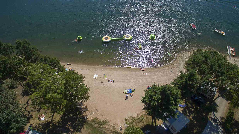 Réalisation de photos drone professionnelles pour le camping Soleil Levant en Aveyron au lac de Pareloup