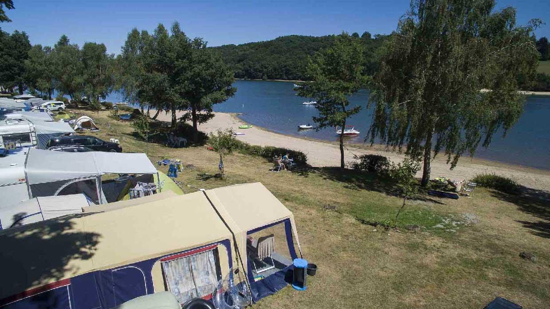 Réalisation de photos aériennes professionnelles avec drone pour le camping Soleil Levant en Aveyron au lac de Pareloup